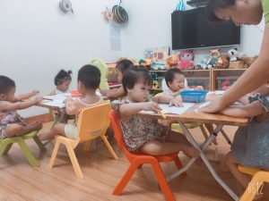 Tô màu tàu hỏa – lớp Nhà trẻ 1 – BiBi 2 Tân Mai
